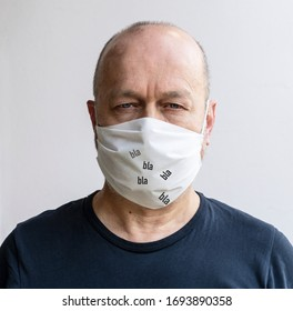 Have a conversation with the protective mask in front of your mouth during the coronavirus period