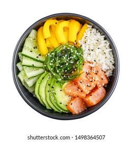 Hawaiianische Lachs-Poke-Schüssel mit Algen, Avocado, Sesamsamen und Gurken einzeln auf weißem Hintergrund, Draufsicht