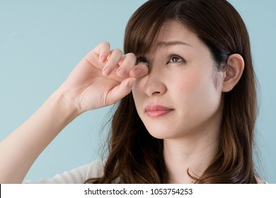 Hay fever women, Eyes, itch