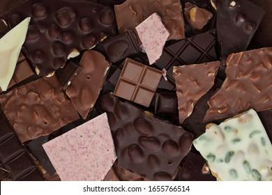 Noisette, amande, framboise, pistache sombre, lait et morceaux de barres de chocolat blanc arrière-plan