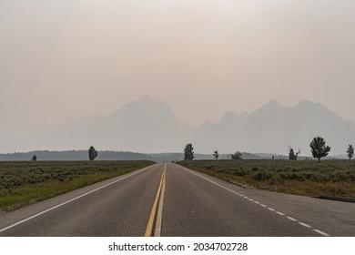 De la fumée brumeuse dans l'air provenant des feux de forêt d'été dans le parc national Grand Teton au Wyoming. Mauvaise visibilité pour les montagnes
