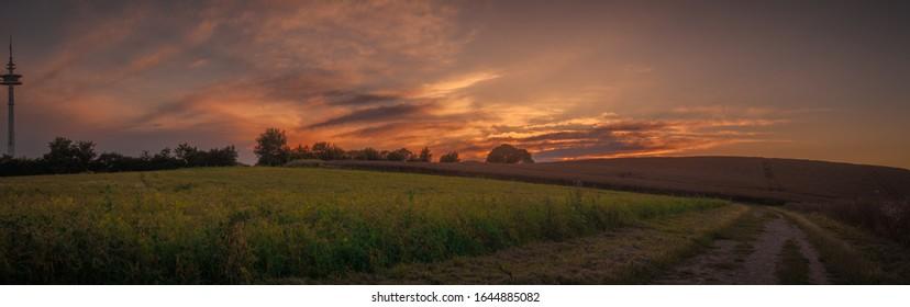 HDR-Panorama auf Feld mit Sonnenuntergang.