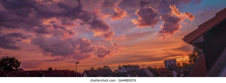 HDR-Panorama-Himmel mit einer großen und romantischen Wolkenfront.