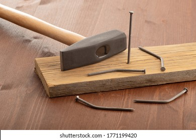 He who does not know how to hammer nails bent a lot. one is stuck in the board. the concept of nails is people as supplies from the state