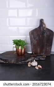 Tête d'ail sur une table en bois dans la cuisine