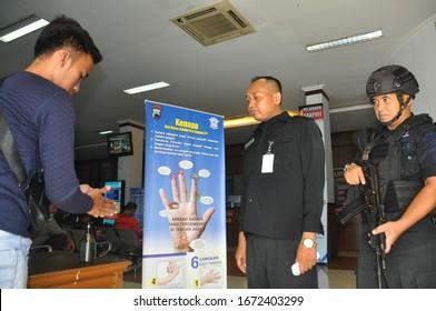 Head of Section of Ditlantas Polda Central Java Kompol N. Prasetyantoro  accompanied by Pamin Samsat Semarang 3 Iptu Seno Hartanto inspect residents in Samsat 3 Semarang city, (14 March 2020)