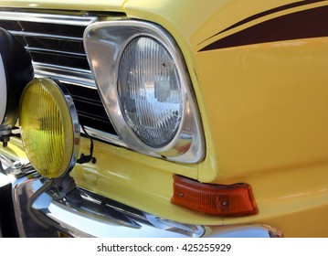 Headlight, fog light and direction indicator of a vintage car