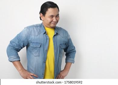 Headshot-Portrait eines lustigen, attraktiven jungen Asiaten, der flirt lächelt und etwas Unheimliches denkt, Nahaufnahme-Headshot-Portrait