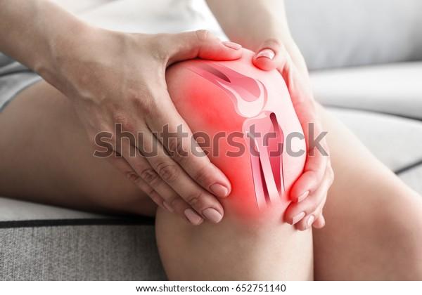 Le concept de soins de santé. Femme souffrant de douleur au genou, en gros plan