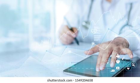 Daten und Wachstum des Gesundheitswesens, medizinische Untersuchung und Arzt, der die Verbindung des medizinischen Berichtsnetzes auf dem Tablettenbildschirm analysiert.