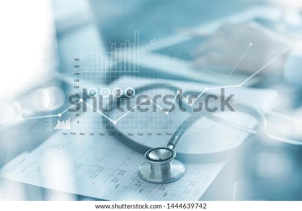 Wirtschaftsdiagramm des Gesundheitswesens und medizinische Untersuchung und Geschäftsleute, die Daten und Wachstumstabelle auf unscharfem Hintergrund analysieren