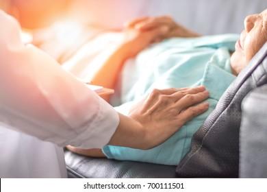 Концепция здравоохранения профессионального психолога консультации врача и утешения пожилого пациента в психотерапевтической сессии или консультации диагностики здоровья.