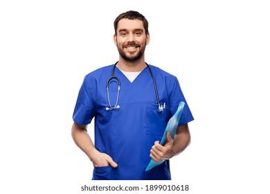 concept de soins de santé, de profession et de médecine - médecin souriant heureux ou infirmière masculine en uniforme bleu avec dossier sur fond blanc