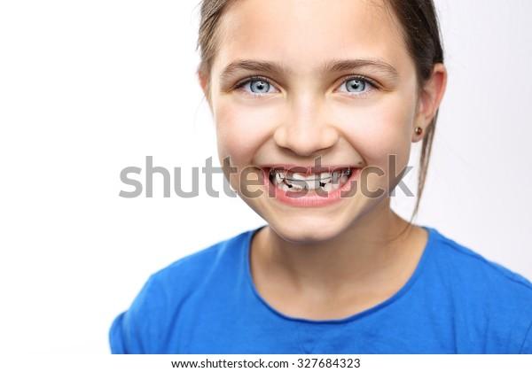 Gesund, schönes Lächeln, das Kind zum Zahnarzt.Portrait eines kleinen Mädchens mit kieferorthopädischem Gerät .