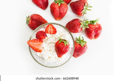Healthy breakfast: cottage cheese with strawberries