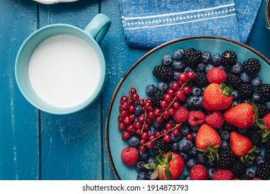 Gesundes Frühstück mit einer Mischung aus rohen frischen Beerenfrüchten