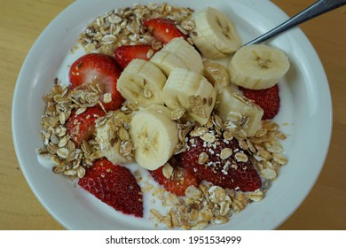 Healthy breakfast with fruits and cereals