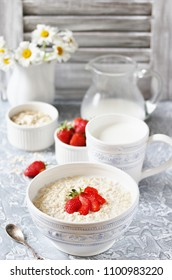 a healthy breakfast - raw oatmeal with milk and strawberries. Oatmeal is filled with milk at night and in the morning get porridge.