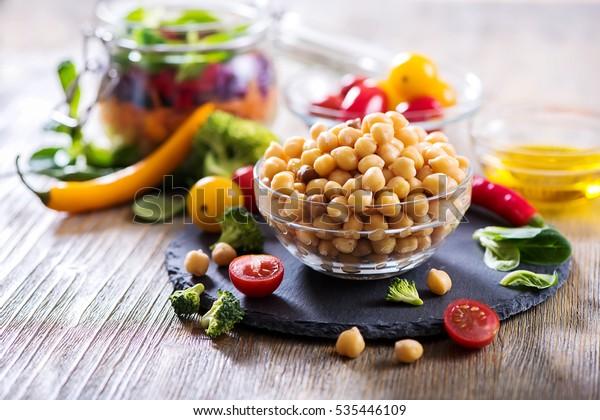 Zdravá cizrna a zelenina pro domácí salát, strava, vegetariánská, veganská strava, vitamínové občerstvení