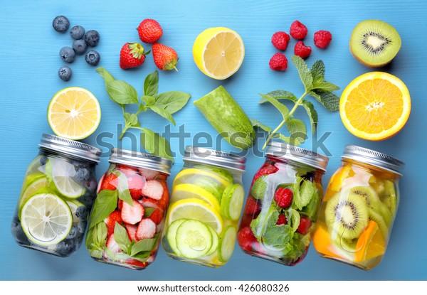 果物を使った健康なデトックス水…...