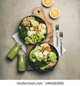 Dîner sain, déjeuner. Plat de surbowls végétaliens ou de boudha avec houmous, légumes, salade fraîche, haricots, couscous et avocat à bord et smoothies verts, vue de dessus, culture carrée
