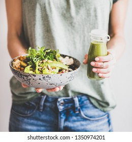 Dîner ou déjeuner sain. Femme en t-shirt et jeans tenant un super bol végétalien ou un bol de Bouddha avec de l'houmous, des légumes, de la salade, des haricots, du couscous et de l'avocat et du smoothie dans les mains, une culture carrée