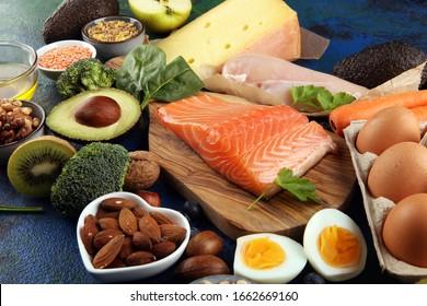 gesundes Ernährungs- und Diätkonzept - natürliches eiweißreiches Essen auf dem Tisch
