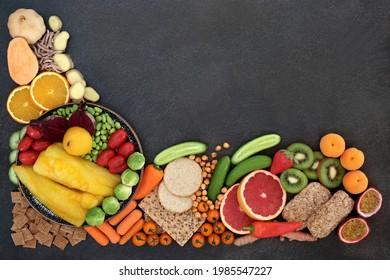 Gesunde Lebensmittel für Fitness und Vitalität Konzept sehr hoch in Antioxidantien, die freie Radikale neutralisieren. Auch hoch in diätetischen Ballaststoffen, Anthocyane, Vitamine, Omega-3, Lycopin, Carotinoide und Protein.