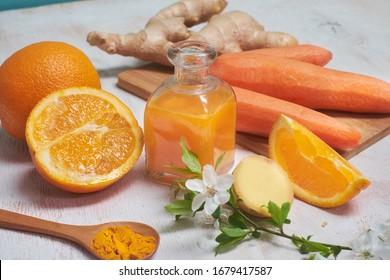 Gesunde Nahrungsmittel immun verstärkende Selektion. frische Orange, Karotten, Ingwer, türkisfarben auf weißem Hintergrund. Detox-Getränk