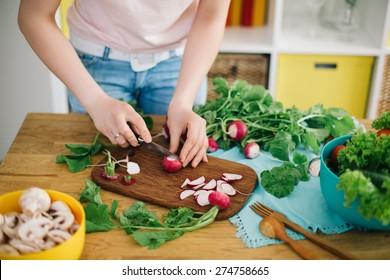 Comida saudável. Mulher preparando cogumelos e legumes