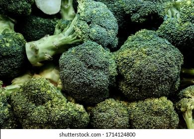健康に良い緑の有機生のブロッコリーが調理可能に