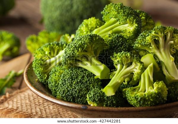 Fiori di broccoli crudi sani verdi biologici pronti per la cottura
