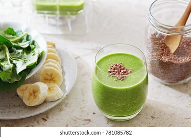 Healthy green smoothie made with spinach, banana and flax seed. Green detox smoothie for weight loss.
