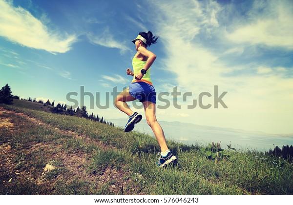 una mujer con un estilo de vida saludable que corre en la cima de la montaña