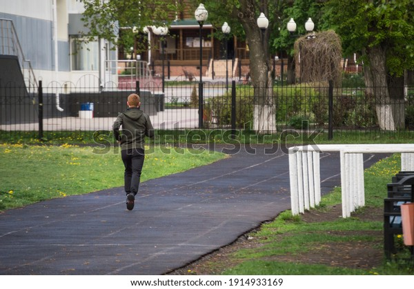 healthy-lifestyle-young-man-runs-600w-19