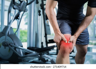 Healthy men Injury from exercise in the gym, he injured his knee