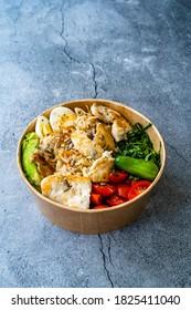Alimentation saine en protéines Poulet, Oeuf, épinards, Avocado et Concombre avec équipement de fitness Vapaces pour l'athlète au Plastic Bowl. Prêt à manger.