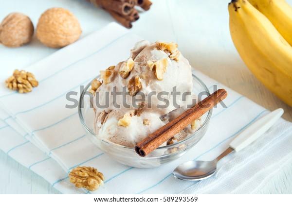 Sorvete vegetariano saudável de banana e canela (sorvete) com cobertura de noz - saudável dieta vegetariana vegana fruta crua orgânica deliciosa sobremesa, sem laticínios, sem glúten
