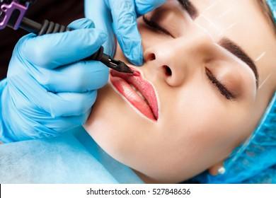 Spa sain: Jeune Belle Femme Ayant Un Tatouage Permanent sur les lèvres. Gros plan