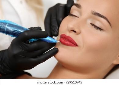 Spa sain: Jeune Belle Femme Ayant Un Maquillage Permanent (Tattoo) sur ses lèvres. Gros plan