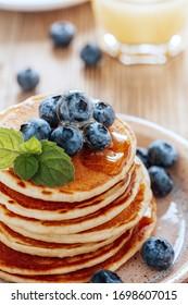 Petit-déjeuner végétarien ou brunch, plat préféré. Ccrêpes maison, baies d'été fraîches, café et jus de fruits sur table en bois