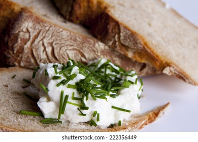 Healty bread with cottage cheese and green chives