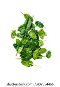 Heap von Spinatblättern. Frische grüne Babyspinat einzeln auf Weiß mit Beschneidungspfad. Draufsicht oder flache Lage. Vertikal.