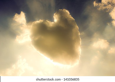 Heart from cloud on sky.