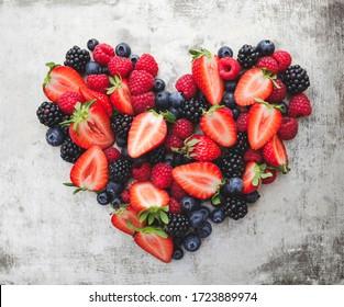 Herz aus verschiedenen Beeren wie Erdbeeren, Brombeeren, Himbeeren und Heidelbeeren
