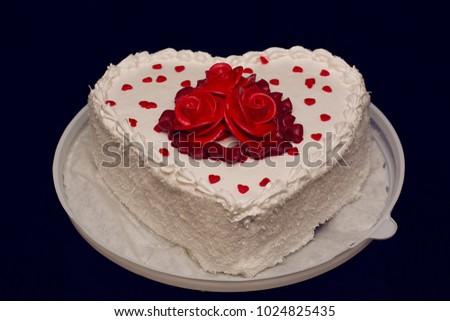 Heart Shaped Cake Decorated Red Flowers Stockfoto Jetzt Bearbeiten