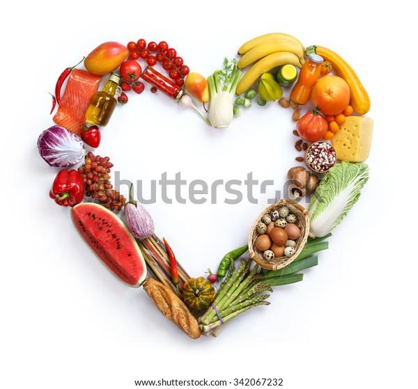 Herzsymbol / Studiofotografie von Herzen aus verschiedenen Obst- und Gemüsesorten - auf weißem Hintergrund, Draufsicht. hochauflösendes Produkt,
