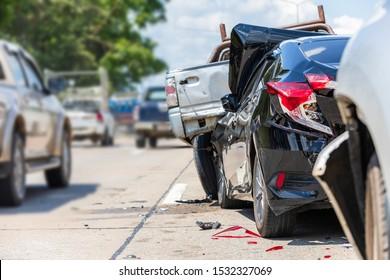 Schwerer Unfall, Moderner Autounfall mit vielen Autos auf der Straße in Thailand