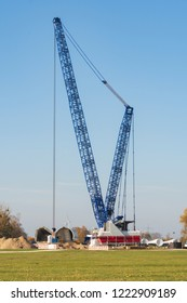 Heavy duty crane for erecting a wind turbine