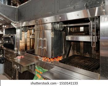 Grillgerichte in der professionellen Küche auf einem Stepphaus